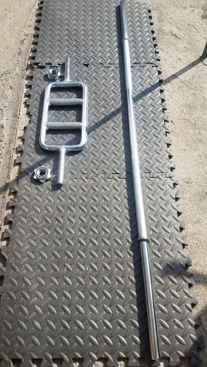 """2 foot tricep barbell with 5 foot standard 1"""" barbell with spin locks for Sale in Montebello, CA"""