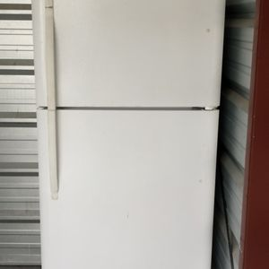 Frigidaire Top And Bottom Refrigerator for Sale in Columbus, GA