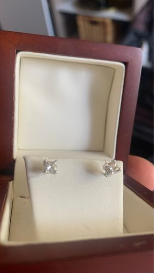Costco Diamond earrings quarter carat for Sale in Vista, CA