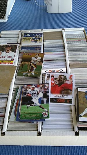 Box 1000 sports cards baseball and football for Sale in Peoria, AZ