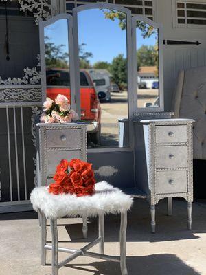 Gratis /Free vanity and vanity chair raffle for Sale in Denver, CO