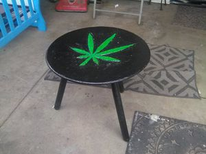 Small Table w/ Leaf Carving for Sale in Wichita, KS