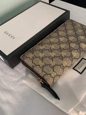 Auth Gucci GG Supreme Bee Zip-Around Wallet for Sale in Arlington, TX