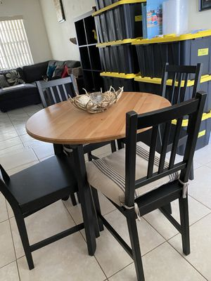 Cute lil dining table + 4 chairs for Sale in Pembroke Park, FL