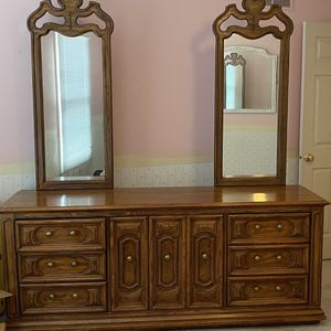 Good Quality Dresser With Mirrors, Lots Of Drawer Space! Matching Nightstand. for Sale in Carol Stream, IL