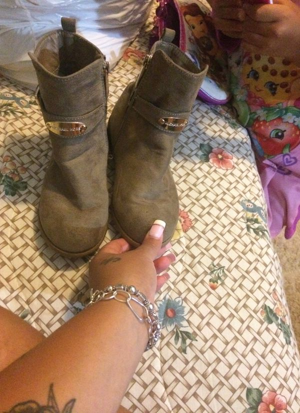 boots in good condition for girls only people serious michael kors😊