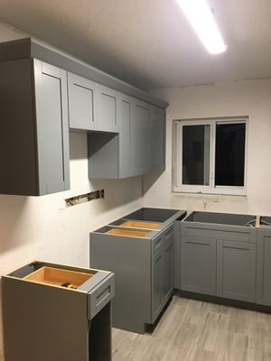 "For sale kitchen and cabinets 3/4"" real wood with system soft close door for Sale in Fort Lauderdale, FL"