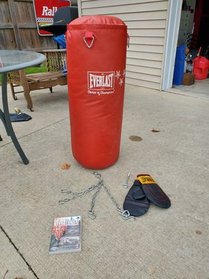 Everlast heavy bag punching bag 50 lbs with gloves chains and DVD for Sale in Allen Park, MI