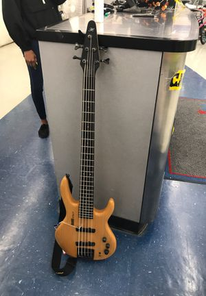 Hohner 5 string bass guitar for Sale in Humble, TX