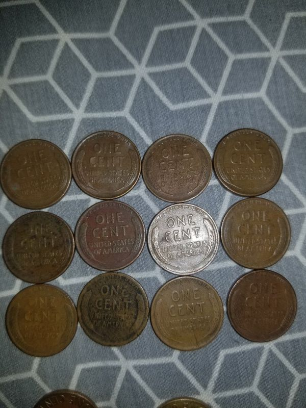 12 Wheat pennies/ pennies from early and late 1970's