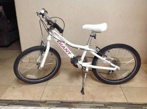 """Girls GIANT Brand $330 bike bicycle 20"""" Selling for only $85 In great condition ONLY $85 for Sale in Guadalupe, AZ"""