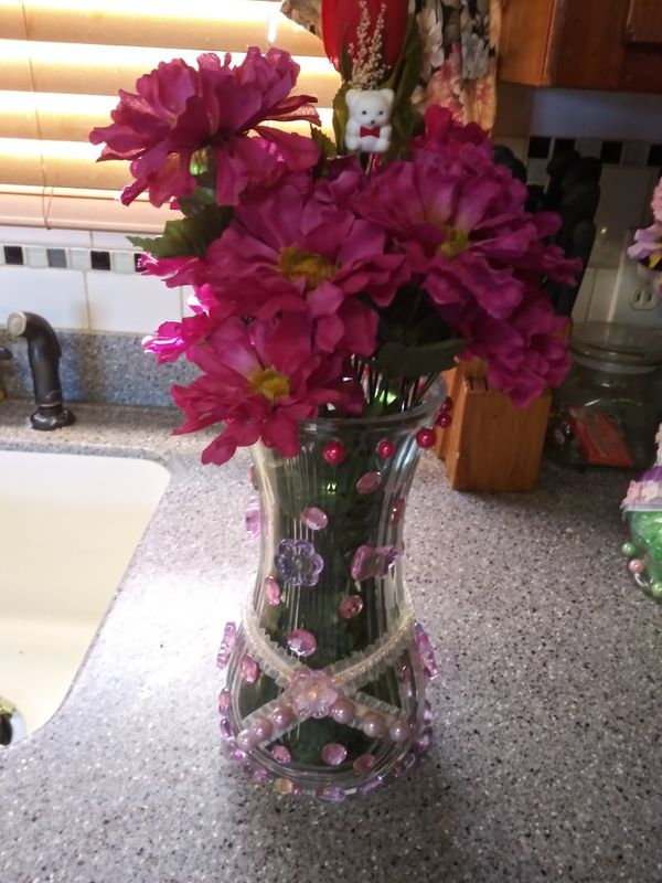 Hand made flower vases only asking 10 for the small and 20 for the big all of the do light up