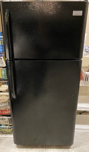 Frigidaire 18 cu. ft. Top Freezer Refrigerator for Sale in Renton, WA