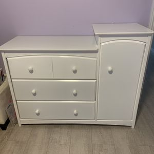 White Dresser/ Changing Table for Sale in Los Angeles, CA