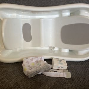 Bath Tub w/ Newborn Insert And Free Bar Of Dove Baby Soap- Infant Toddler Diaper Wipes Crib Stroller for Sale in San Diego, CA