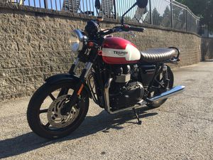 Triumph Bonneville 2015 practically brand new for Sale in Decatur, GA
