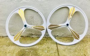 """26""""inch white and gold disc break bike rims brand new bike not included for Sale in New York, NY"""