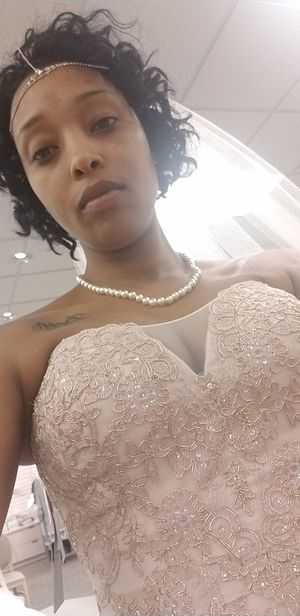 Beautiful Rose Gold Vintage Dress worn on my Los Vegas wedding size 6 Vail included Dress was $1500 Vail was $300 for Sale in Glen Burnie, MD
