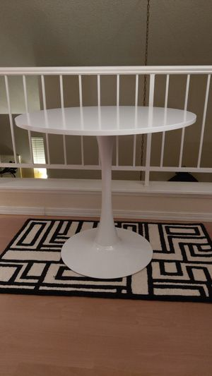 "32"" round table, white Tulip style. Mid century modern, mid mod Dining, entrance office. for Sale in Bakersfield, CA"