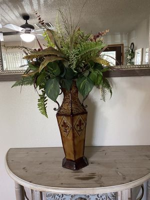 Vase with flowers for Sale in Phoenix, AZ