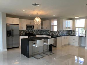 The kitchen and cabinet for sale 10x10 2,500 real wood , maple doors for Sale in Tampa, FL