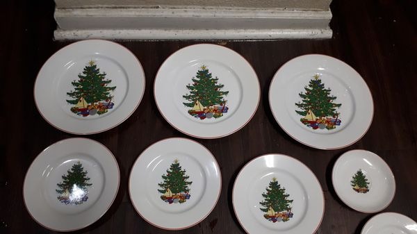 All These Very Good Condition Christmas Plates for 10$