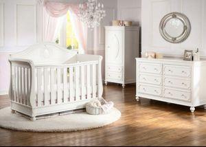 Disney princess baby crib for Sale in Royal Palm Beach, FL