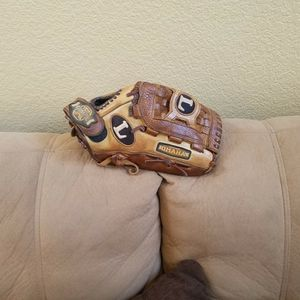LOUISVILLE OMAHA CROSSOVER SERIES YOUTH RHT 12IN GLOVE for Sale in Victorville, CA