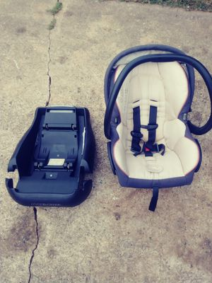 Very nice baby car seat / carrier for Sale in Lexington, NC