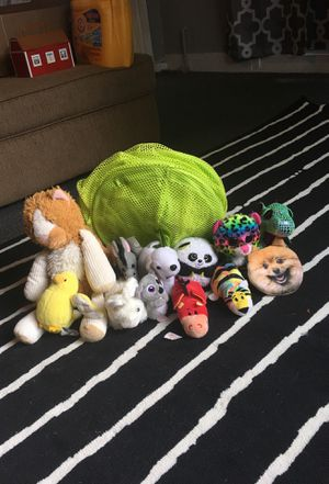 HUGE STUFFED ANIMAL LOT!! 12 STUFFED ANIMALS AND A HUGE STUFFED ANIMAL HOLDER!! for Sale in Clermont, FL