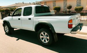 BEAUTIFUL ICE WHITE TOYOTA TACOMA 2003 for Sale in Concord, CA