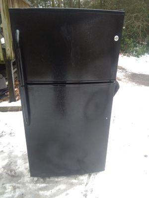Ge black top frezzer fridge for Sale in Philadelphia, PA