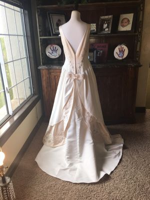 Wedding Dress and vail size 10 for Sale in Henderson, NV