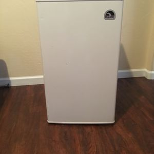 IGLOO Indoor/Outdoor Refrigerator 3.2 Cu.Ft White for Sale in Peoria, AZ