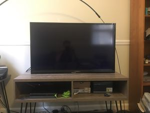 40 inch tv with wall mount for Sale in Silver Spring, MD