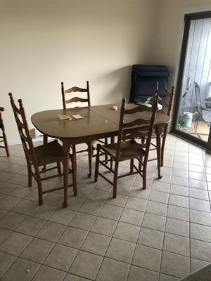 Maple Wooden Kitchen / dining room table w wood like Formica top ,4 leafs and 6 wicker seats , 2 with arms for Sale for sale  Highlands, NJ