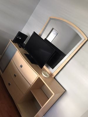 Bedroom dresser with mirror for Sale in Fort Lauderdale, FL
