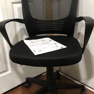 New — Mesh Office Home Chair Ergonomic Desk Chair Mid-Back Swivel Chair with Lumbar Support for Meeting Room Study (Black) for Sale in Glendale Heights, IL