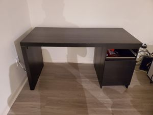 Free computer desk (not great condition lol) for Sale in Pembroke Pines, FL