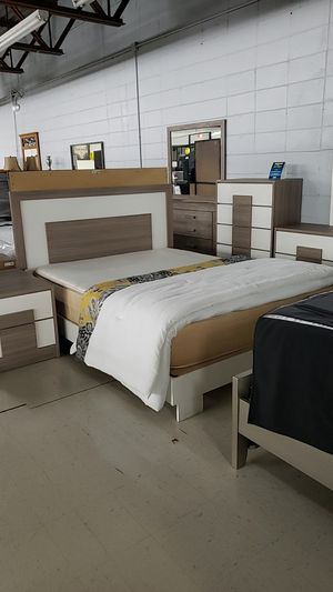 White and beige queen bedroom set for Sale in Tampa, FL