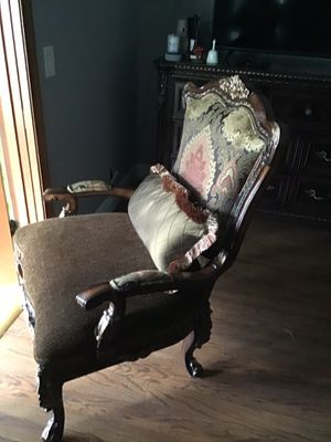 EL DORADO FURNITURE STORE CHAIR GOLD AND RED for Sale in Lake Worth, FL