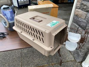 Kennel Cab II Pet Carrier with water and food cups for Sale in Puyallup, WA