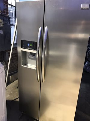 STAINLESS STEEL REFRIGERATOR FRIGIDAIRE GALLERY for Sale in La Habra, CA