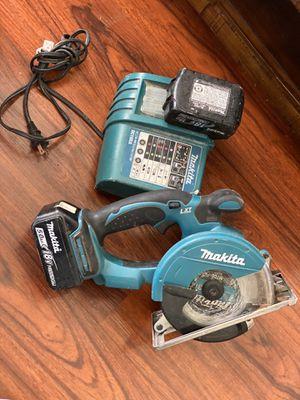 Saw makita Con cargador y 2 baterías for Sale in Oakland, CA