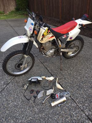 1998 Honda xr400r, street leagle with a Baja kit runs great barely used in the last 18 years. Shop manuals fresh tabs and oil. for Sale in Puyallup, WA