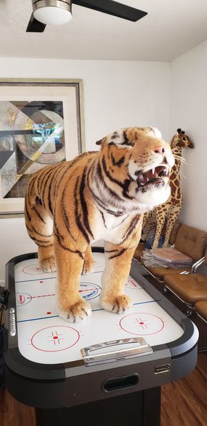 TIGER LIFE SIZE LOOKS VERY REAL IN GREAT CONDITION . TIGRE SE MIRA REAL . for Sale in Huntington Park, CA