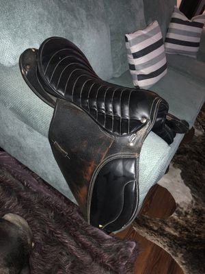 Black leather English riding saddle - MAKE OFFER Functional but also good for home decor for Sale in St. Petersburg, FL