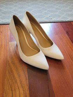 BCBG generation White Pumps Shoes 9 for Sale in Chicago,  IL