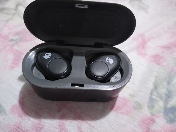 Skull Candy Bluetooth earbuds