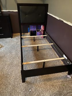 Bed And Dresser for Sale in Peoria,  IL